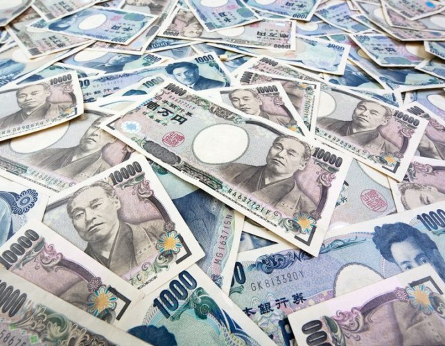 Yen attracts safe haven flows as Italian budget, Brexit concern markets